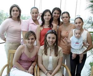 <b>17 de mayo </b> <p> Sara de los Santos de Rodríguez en la fiesta de canastilla que le organizaron sus amigas.