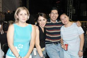 Claudia Montellano, Karla Guerrero, Pablo Salazar, y Miriam de Salazar, asistentes al concierto de Miguel Bosé.