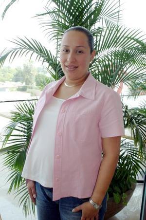 <b>15 de mayo </b><p> Sara de los Santos de Rodríguez, captada en la fiesta de canastilla que le organizaron un grupo de amigas en honor al bebé que espera.