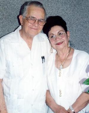Este día los señores Vicente de Alvarado Alfaro y Rosina Guerrero de De Alvarado celebran 45 años de matrimonio.