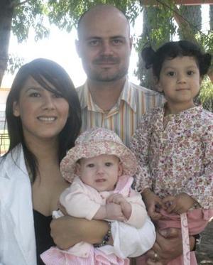 Leonardo Valdez y Martha de Valdez con sus hijas Luciana e Isabel, en reciente festejo social.