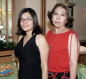 <b>20 de mayo </b><p> Tania A. Moreno Ramírez en compañía de su mamá, en la despedida de soltera que leorganizaron.