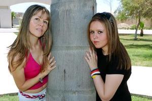 <b>19 de mayo </b> Mariela Bustamante de Barcovich y su hija Nicole.