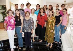 Adriana Rojas en compañía de un grupo de amistades