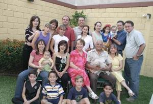 Martha V. de Rivera en compañía de su esposo Jorge Rivera, sus hijos Héctor, Fernando, Martha, Gabriela, Jorge, Sara Alicia y Juan, y nietos.