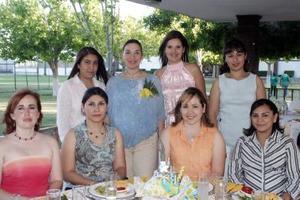 <b>19 de mayo </b> <p> Salma Sabag de Hernández acompañada de un grupo de amistades en la fiesta de canastilla que le organizó su mamá, la señora María Luisa Sabag