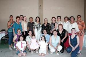 Perla Orduña de Gámez acompañada de un grupo de amistades y familiares en su fiesta de canastilla.