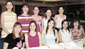 <b>20 de mayo </b> <p> Vicky Ibargüengoitia García, en la despedida de soltera que le organizaron, aquí en compañía de amistades.