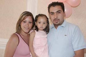 Carolina Cepeda y Carlos Anaya con la pequeña Amanda Soto.