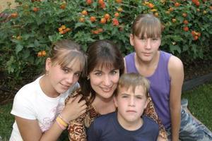 Gabriela Rivera con sus hijos  Gaby, Natalia, y Ángel, en reciente acontecimiento social.
