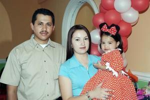 Odalis  Guadalupe Barrón de Luna junto a sus papás Alonso Barrón y Guadalupe de Luna de Barrón, en el convivio que le organizaron por su segundo cumpleaños.