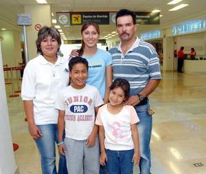 <b>20 de mayo </b> <p> Miguel Ángel y Nayeli Flores viajaron a Huatulco, los despidieron Miguel, Esther y Mónica .