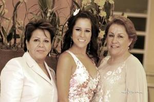 La futura novia, Bertha Aguilera acompañada por las señoras Margarita Enríquez y Patricia Morales