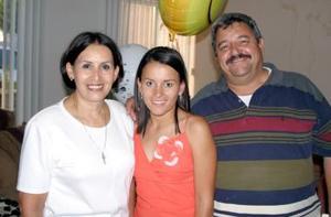Georgina Adriana Madinaveitia en compañía de sus papás en su fiesta de despedida por su próximo viaje a París