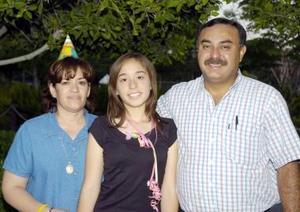 Martha Patricia Gaucín Castañeda en compañía de sus papás, Patricia Castañeda de Gaucín y Leopoldo Gaucín Soto.