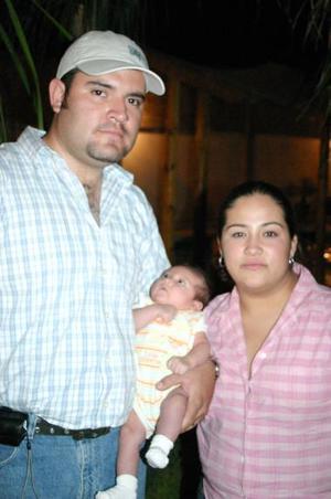 <b>21 de mayo </b><p> Omar Estrada de Santiago y Alejandra Reyes de Estrada con su hijita Valeria Estrada Reyes.