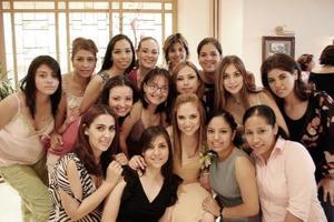 Adriana Yáñez Quiñones en compañía de un grupo de amigas.
