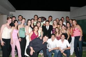 Diana González y Juan Guevara acompañado por un grupo de amigos, quienes les organizaron una fiesta de despedida.
