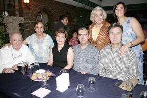 <b>21 de mayo </b> <p> Edmundo Gurza, Luis Gurza, Carmelita de Gurza, Cosmo Garguiulo, Cecyr de Gurza, y Lolita de Garguiulo acompañados de María de la Luz Gurza, en la fiesta que se le ofreció con motivo de su cumpleaños.