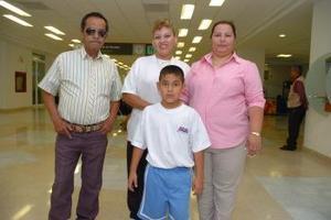 <b>21 de mayo </b> <p> Lucía Hernández y Patricia Valenzuela, viajaron a Los Ángeles y los despidieron Jesús Valenzuela y Jocksan Valenzuela