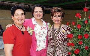 Claudia Ramos Gallegos, acompañada por las organizadoras de su despedida de soltera.