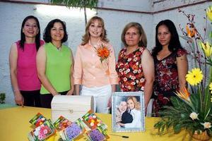 La festejada, Cecilia Castillo Mancha con Rosario Iparrea de García, Patricia Iparrea de Villegas, Juanita Mancha y Angélica Castillo Mancha .