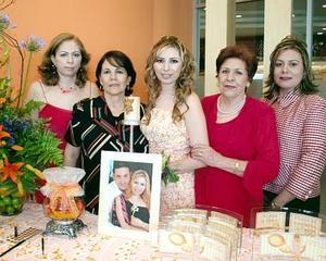 Lorena Michel junto a las organizadoras de su fiesta de despedida de soltera, Lily Michel de Fuentes, Sara de Galarza, María Odila Návar de Michel y Yolanda Michel de Montemayor.