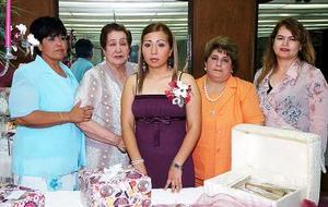 Nuria Montserrat Cárdenas del Valle, disfrutó de una fiesta de despedida de soltera que le organizó su mamá, María Elena del Valle de Cárdenas, por su próximo matrimonio.