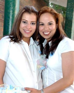 Elisa Ma. Rodríguez Nieto junto a Paola Canales, en la fiesta de canastilla que le ofrecieron por el cercano nacimiento de su bebé