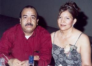 Socorro Ibarra Hernández en compañia de su esposo Ulises Aldaba Zubia en el festejo que le ofrecieron con motivo de sus 25 años de servicio ala educación.