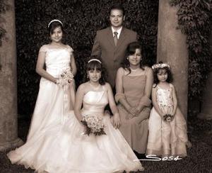 <b>22 de mayo </b><p>  Srita. Sandra Margarita Sosa Alvarado, en una foto de estudio, con motivo de sus XV años, en compañía de sus papás y hermanas .