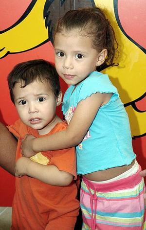 Aidyl Abigail Muñoz junto a su hermano Elías.