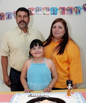 Con una alegre fiesta , María Cristina Almaraz Martínez fue festejada por sus papás, Juan Almaraz y Lupita de Almaraz.