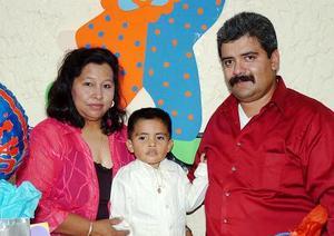 José Manuel Arzate Cervantes y Laura Adame de Arzate con su hijo Jesús Daniel Arzate.