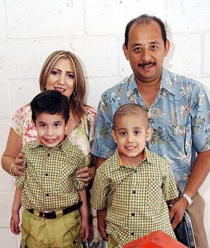 José Alejandro y José Andrés Torres de la Mora festejaron sus respectivos cumpleaños con sus papás
