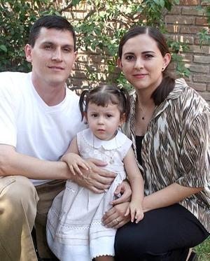 Mario Alanís Ramírez y Carmen Pérez de Alanís, con su hija Isabel Alanís Pérez, en reciente festejo.