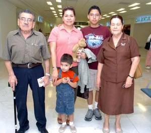 Luis Salas y Columba Jiménez viajaron a Tijuana y fieron despedidos por Sonia Salas, Isaías y Daniel Álvarez.