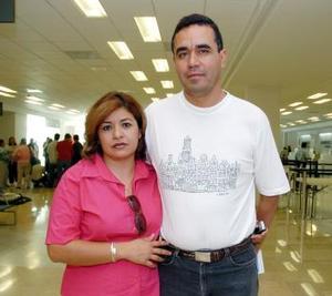 <b>22 de mayo </b> <p> Víctor Fraire viajó a Tijuana y lo despidió Laura de Fraire.