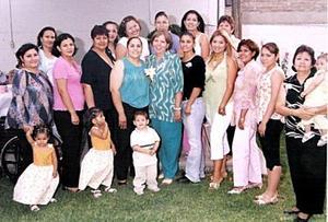 Ana Lilia Pérez González acompañada por un grupo de amigos y familiares, quienes le ofrecieron una despedida de soltera por su próxima boda con Fernando López de la Rosa.