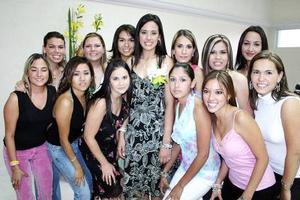 Érika Uribe con sus amigas en su fiesta de despedida de soltera.
