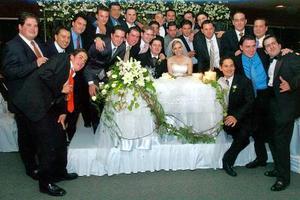 Los felices novios, Faruk Fernández y Odila Vargas Villarreal, en su recepción de bodas junto a amigos