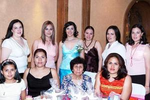 María Elena  Villalobos Sosa captada con un grupo de amigas en su despedida de soltera
