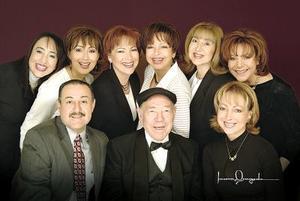 <b>22 de mayo </b> <p> Sr. Gilberto H. Cavazos Gurza rodeado de sus hijos, Yolanda, Irma, Martha, Susana, Rosalinda, Cecilia,Alejandro y Elvia Cazavos Valenzuela.