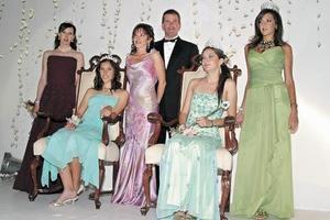 <b>23 de mayo </b><p> Luzma Arriaga Bujdud, reina actual del Club Campestre Torreón, fue coronada por Marcelo Torres, por su parte Iliada de Torres colocó la corona a la princesa, Rosario Cepeda Siller
