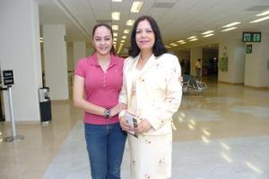 <b>24 de mayo </b><p> Vania Puente Flores viajó a París, Francia y fue despedida por Minerva Ramírez