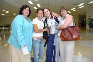 María José Garrido y Andrea Villalobos viajaron a Francia y fueron despedidas por sus mamás Laura y Violeta.