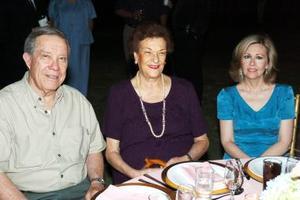 <b>24 de mayo </b><p> Señores Ramón Iriarte, Consuelo Iriarte de González y Leticia Leal Garza.