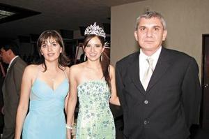 La reina del Club del Campestre de Torreón, Luz María Arriaga Bujdud, acompañada por sus papás, Luz María Bujdud de Arriaga y Alfonso Arriaga.