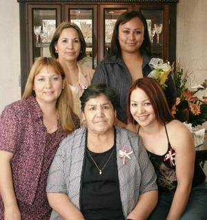 <b>24 de mayo </b><p>  Gabriela Ochoa Mejía disfrutó de una despedida de soltera que le organizaron  Olivia Mejía de Ochoa, Martha Mejía, Élida Mejía y Olga Saldaña por su futura boda