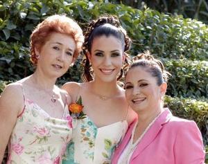 <b>25 de mayo </b><p>  La futura novia Gabriela Barrón Olvera junto a Leticia Olvera Acevedo e Irma Rodríguez de Moreno